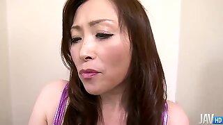 Miyama Ranko menunjukkan sisi pembohongnya saat dia berjongkok di toilet untuk mengencingi