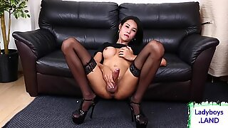 Ladyboy ramping seksi dengan dada besar solo