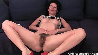 Nenek dalam celana dalam yang basah kuyup-menggelitik bulu yang tertutup dan vagina bengkak