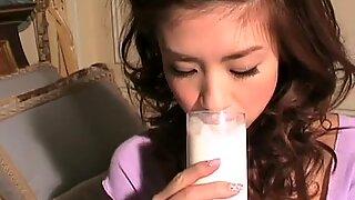 Jepang Cutie Aki Hoshino Makan Stroberi Setelah Panggilan Foto