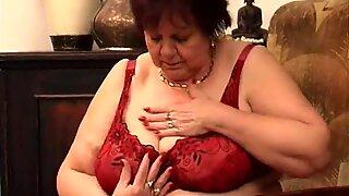 Plump Nenek menidurinya memek tua dengan dildo