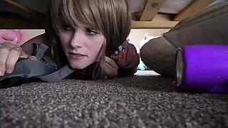 Stepson meniduri ibunya di bawah tempat tidur