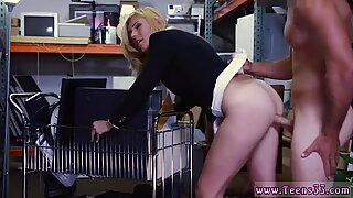 Remaja Hot dengan boobs seksi Pertama Kali Wanita MILF Hot Disetubuhi di The Pawnshop