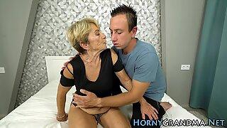 Nenek tua dientot dan sperma disemprot