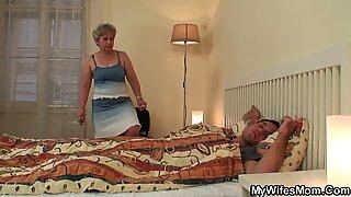Ibu Tua Wifes melompat di Siku Kontol!