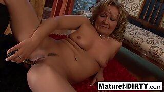 Seksi pirang nenek taking a hitam kontol di pantatnya