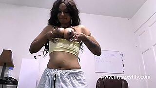 Tamil hàng ngon khỏa thân ngón tay cô ấy đang ấn vào những bộ ngực nhiều nước