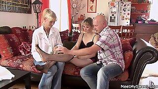 Moms Mengajar Remaja di Threesome