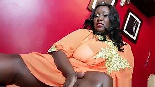 Kekasih ebony yang kuat mendapatkan kakinya yang disembah dan dimanjakan
