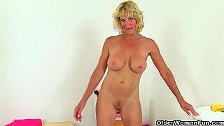 Inggris Wanita Milf Molly dan Elaine bersenang-senang di Kamar Mandi