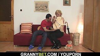 Kurus rambut pirang nenek melebar dia kaki