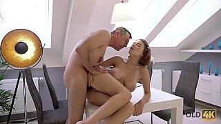 Old4k. Ayah berpengalaman dan Buxom Cutie Embark Sex dalam berbagai pose