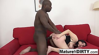 Mature gets creampied in her hairy pussy