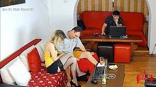 Istri Perselingkuhan dengan tetangga, sementara Suami bekerja di ruangan yang sama