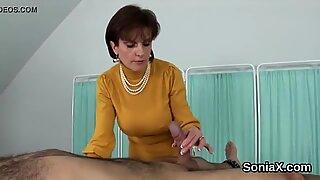 Adulterous Inggirs Dewasa Lady Sonia menunjukkan melon besarnya